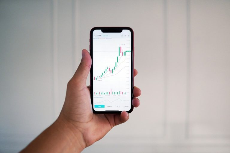 Hand Smartphone Finance  - MayoFi / Pixabay